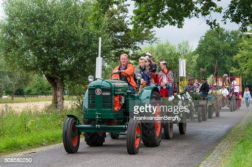 Jahrgang Traktor im Karneval-parade : Stock-Foto