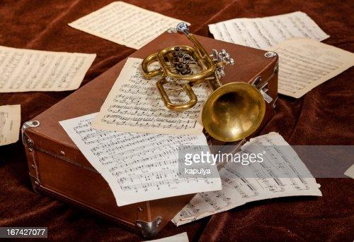 Vintage trompeta sea descansar entre hojas de papel con notas : Foto de stock
