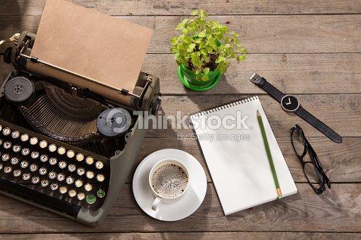 Machine à écrire vintage sur le vieux bureau en bois photo thinkstock