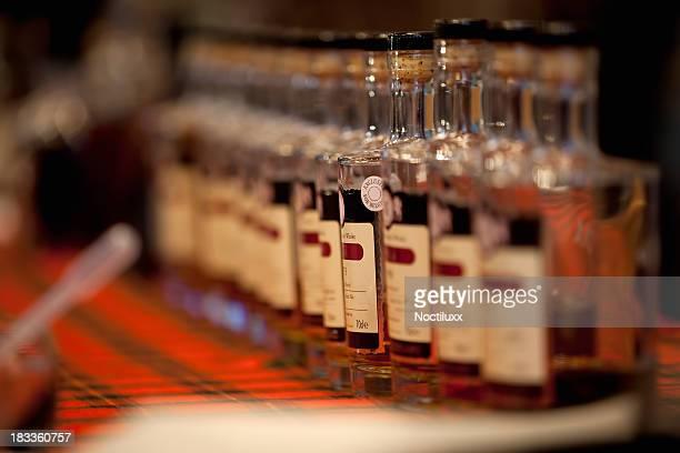 Vintage whisky frascos en una fila.