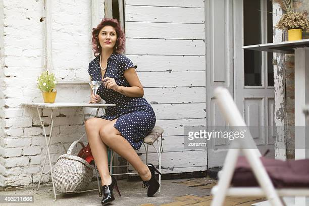Vintage femme avec verre de martini
