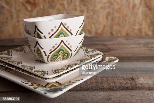 ヴィンテージの木製テーブルが素朴なカラの皿 : ストックフォト