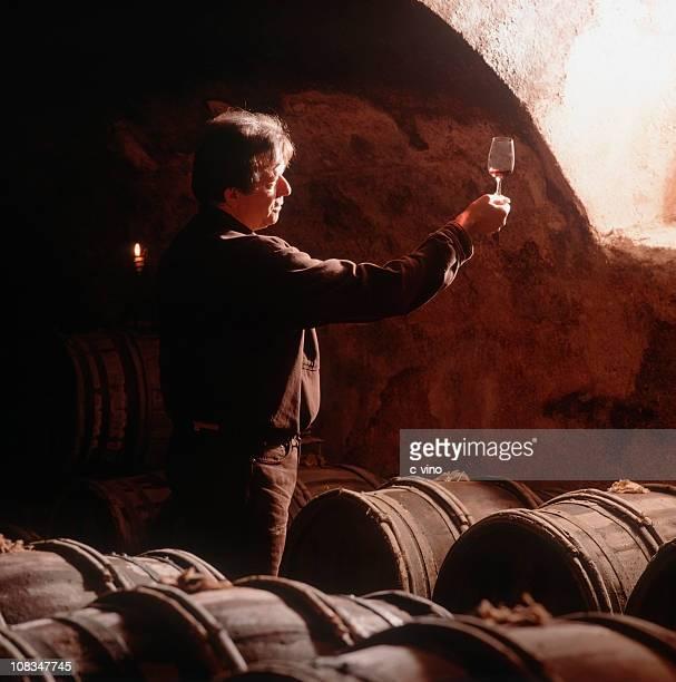 Vigneron dégustation de vin rouge