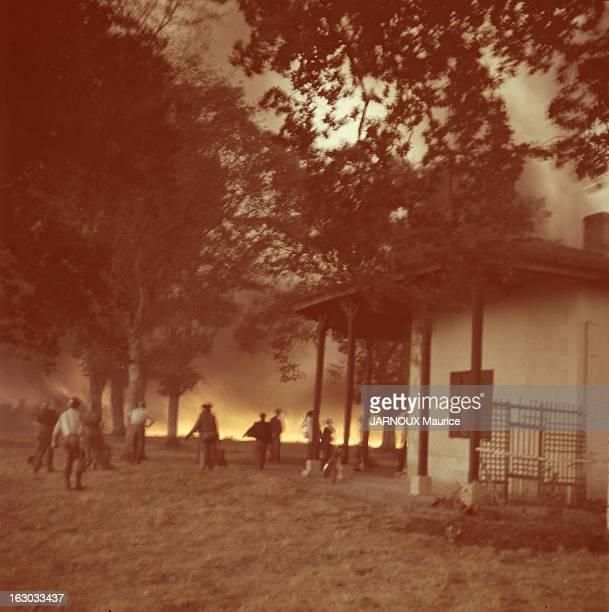 Violent Forest Fires In The Landes Landes France 21 août 1949 L'incendie de forêt menace la maison de M Audouard 'La Pinoche' sur la route de Jauge à...