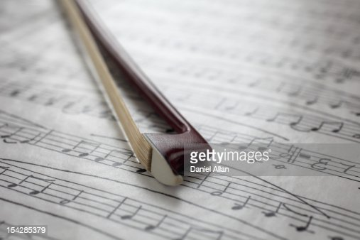 Violin bow on music sheet : Stockfoto