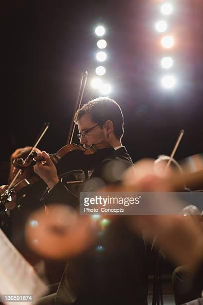 Joueur de violon dans un orchestre