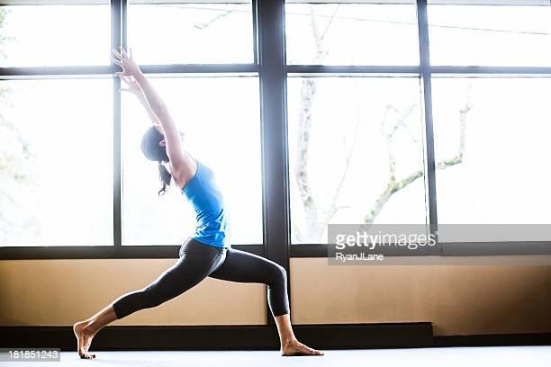 Virabhadrasana posent en Yoga Studio