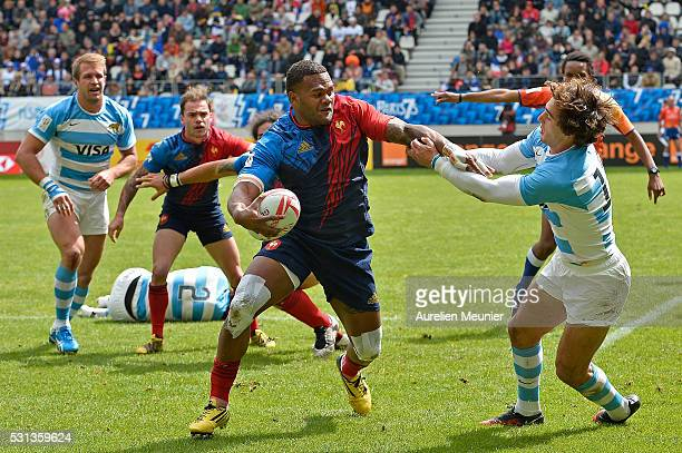 Virimi Vakatawa of France runs with the ball during the match between France and Argentina during the HSBC Paris Sevens the ninth round of the HSBC...