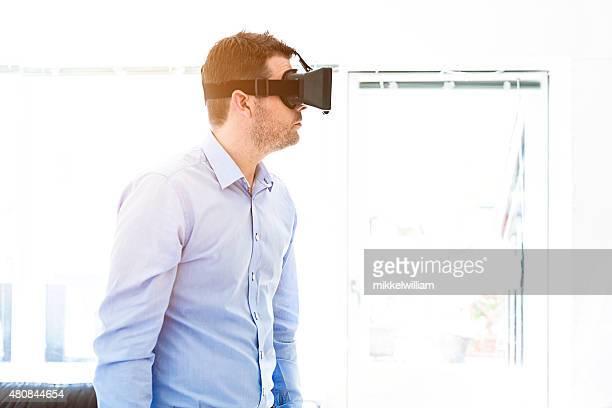 La réalité virtuelle casque porter Homme d'affaires