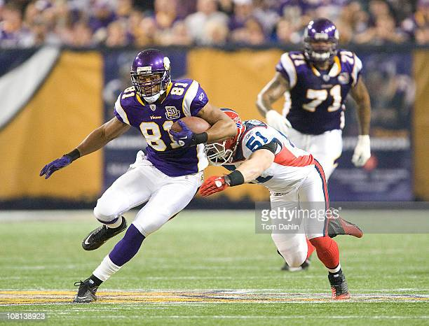 Visanthe Shiancoe of the Minnesota Vikings carries the ball during an NFL game against the Buffalo Bills at Mall of America Field at the Hubert H...