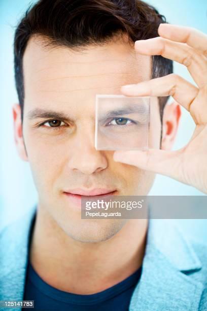Vision: Homme regardant à travers un objectif