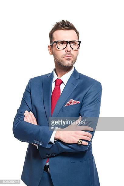 先見性のあるリーダーです。ビジネスマンエレガントなスーツを着て、眼鏡