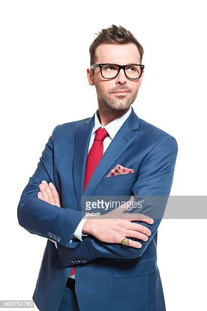 Visionario líder. Hombre de negocios usando elegante traje y gafas