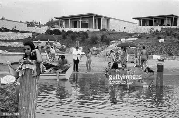 Visit Of Greece Grèce juin 1966 visite du pays sa culture ses paysages ses habitants Ici sur une plage des vacanciers profitent de la mer Au premier...