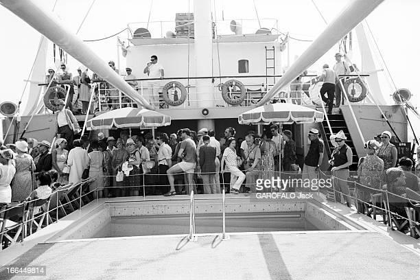 Visit Of Greece Grèce juin 1966 visite du pays sa culture ses paysages ses habitants Ici sur un bateau de croisière les passagers se sont rassemblés...