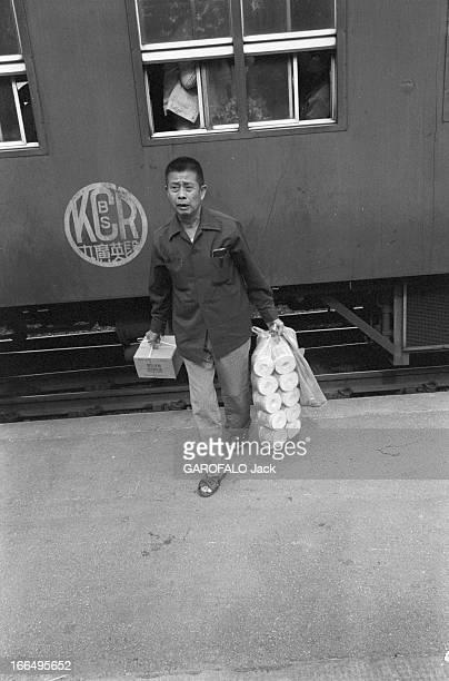 Visit Of Hong Kong HongKong 10 avril 1981 la colonie britannique a été rétrocédée à la Chine en 1997 Ici dans une gare un homme se tient debout sur...