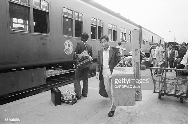 Visit Of Hong Kong HongKong 10 avril 1981 la colonie britannique a été rétrocédée à la Chine en 1997 Ici dans une gare des voyageurs vus de dos...