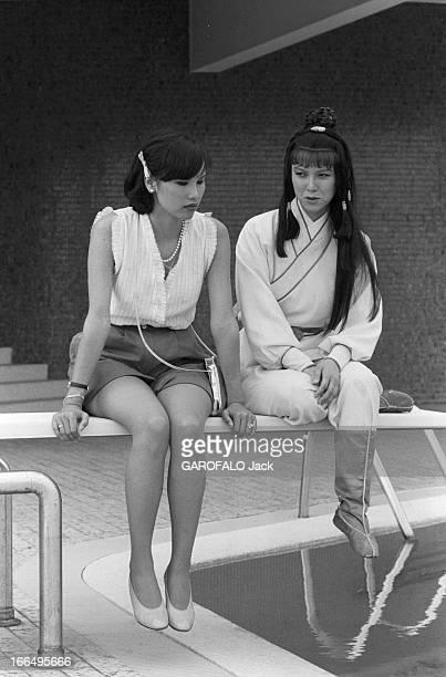 Visit Of Hong Kong HongKong 10 avril 1981 la colonie britannique a été rétrocédée à la Chine en 1997 Ici en extérieur deux femmes sont assises sur le...