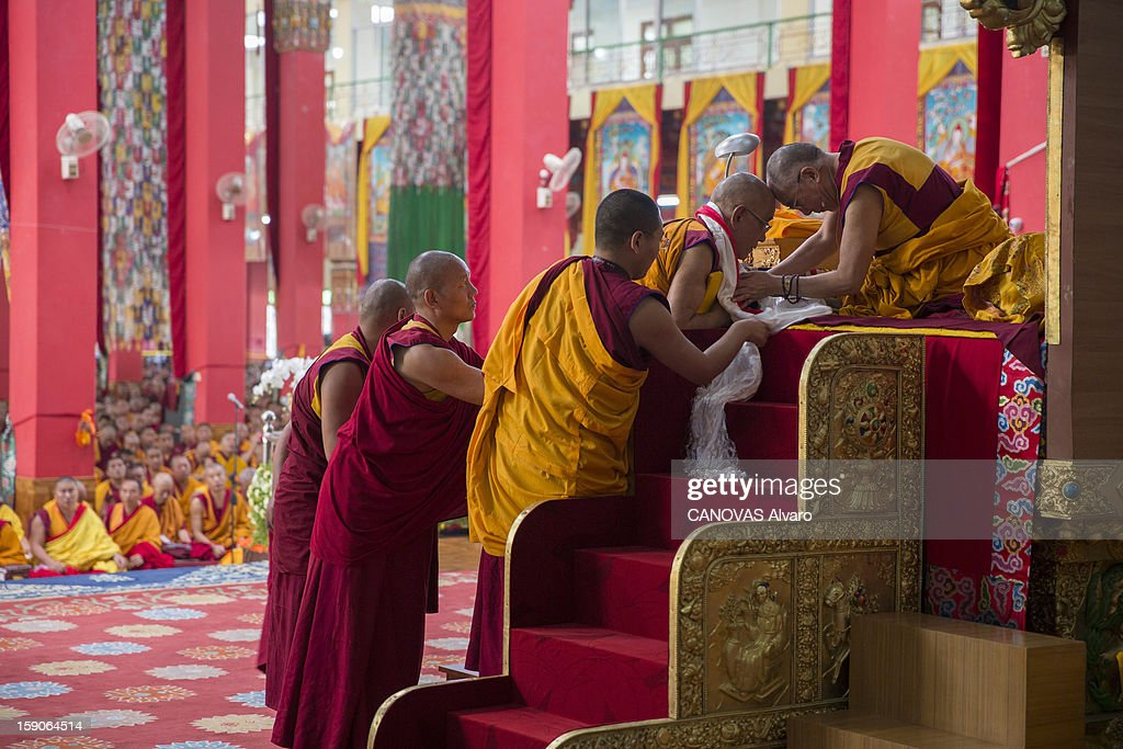 Visit of the Dalai Lama in Mundgod in India, Indian enclave offered to Tibetan refugees, to provide a series of lessons based on Lamrin, a former Buddhist text in the presence of thirty thousand pilgrims, the Dalai Lama on his throne.