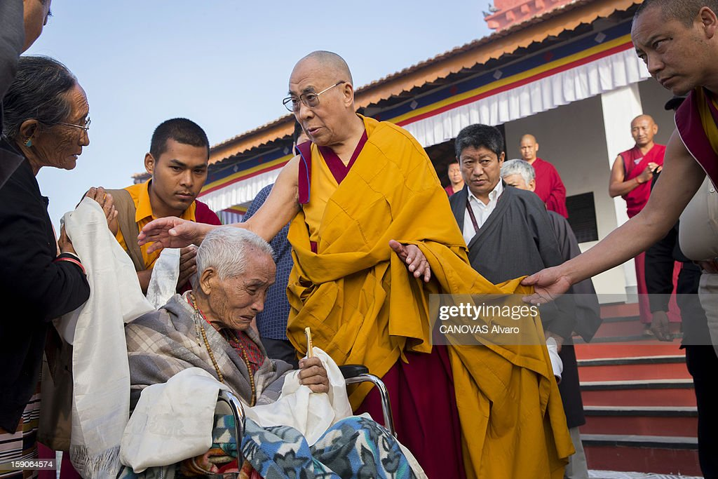 Visit of the Dalai Lama in Mundgod in India, Indian enclave offered to Tibetan refugees, to provide a series of lessons based on Lamrin, a former Buddhist text in the presence of thirty thousand pilgrims, the Dalai Lama with a very old Lama.