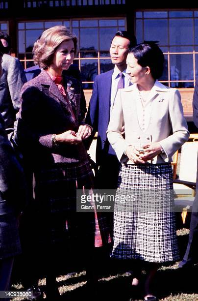Visit of the Spanish Queen Sofia and princess Michiko to the imperial reserve of 'Shinhama' 29th October 1980 Tokyo Japan