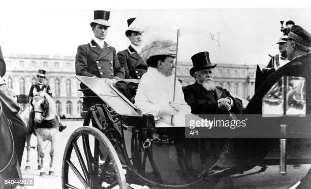 Visite officielle de la reine Wilhelmine des PaysBas et et son époux Henri de MecklembourgSchwerin au château de Versailles en 1912 France