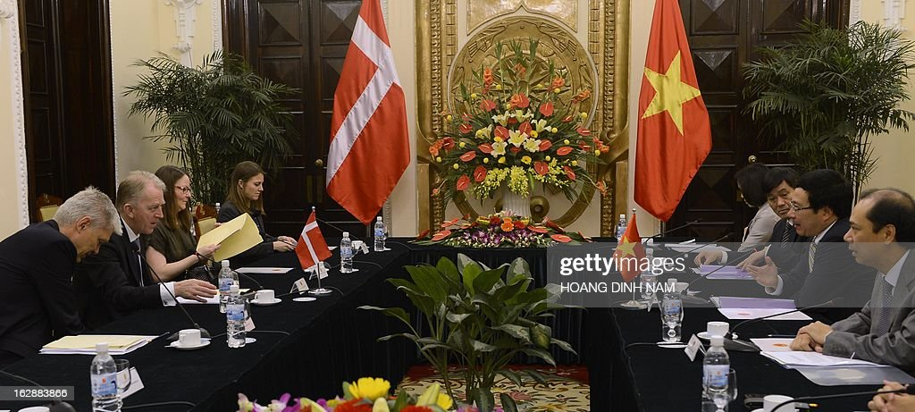 Visiting Danish Foreign Minister Villy Soevndal (2nd L) holds talks with his Vietnamese counterpart Pham Binh Minh (2nd R) in Hanoi on March 1, 2013. The Danish diplomat is on a four-day official visit focused on bilateral ties. AFP PHOTO/HOANG DINH Nam