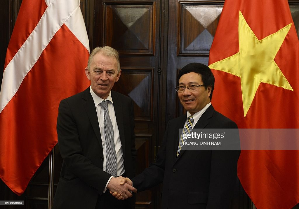 Visiting Danish Foreign Minister Villy Soevndal (L) shakes hands with his Vietnamese counterpart Pham Binh Minh in Hanoi on March 1, 2013. The Danish diplomat is on a four-day official visit focused on bilateral ties. AFP PHOTO/HOANG DINH Nam