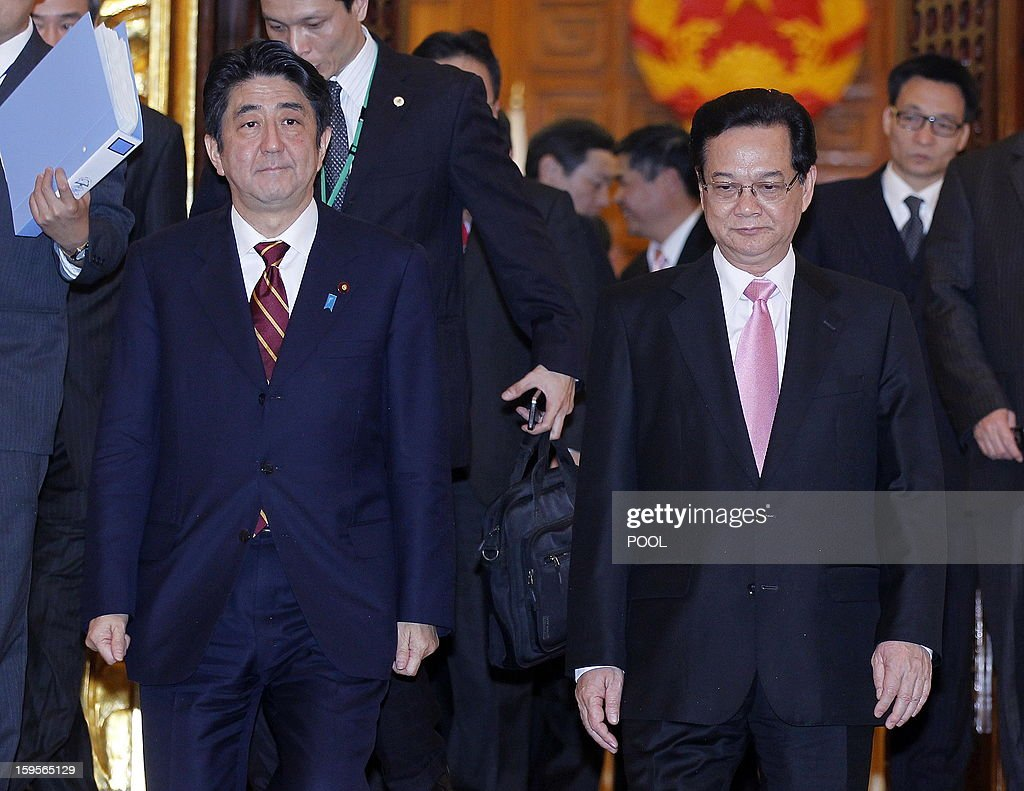 Visiting Japanese Prime Minister Shinzo Abe (L) and his Vietnamese counterpart Nguyen Tan Dung (R) leave a meeting room in Hanoi on January 16, 2013. Abe is here for a one-day official visit, the first leg of an Southeast Asian trip which will lead him also to Indonesia and Thailand. AFP PHOTO/POOL/LUONG THAI LINH