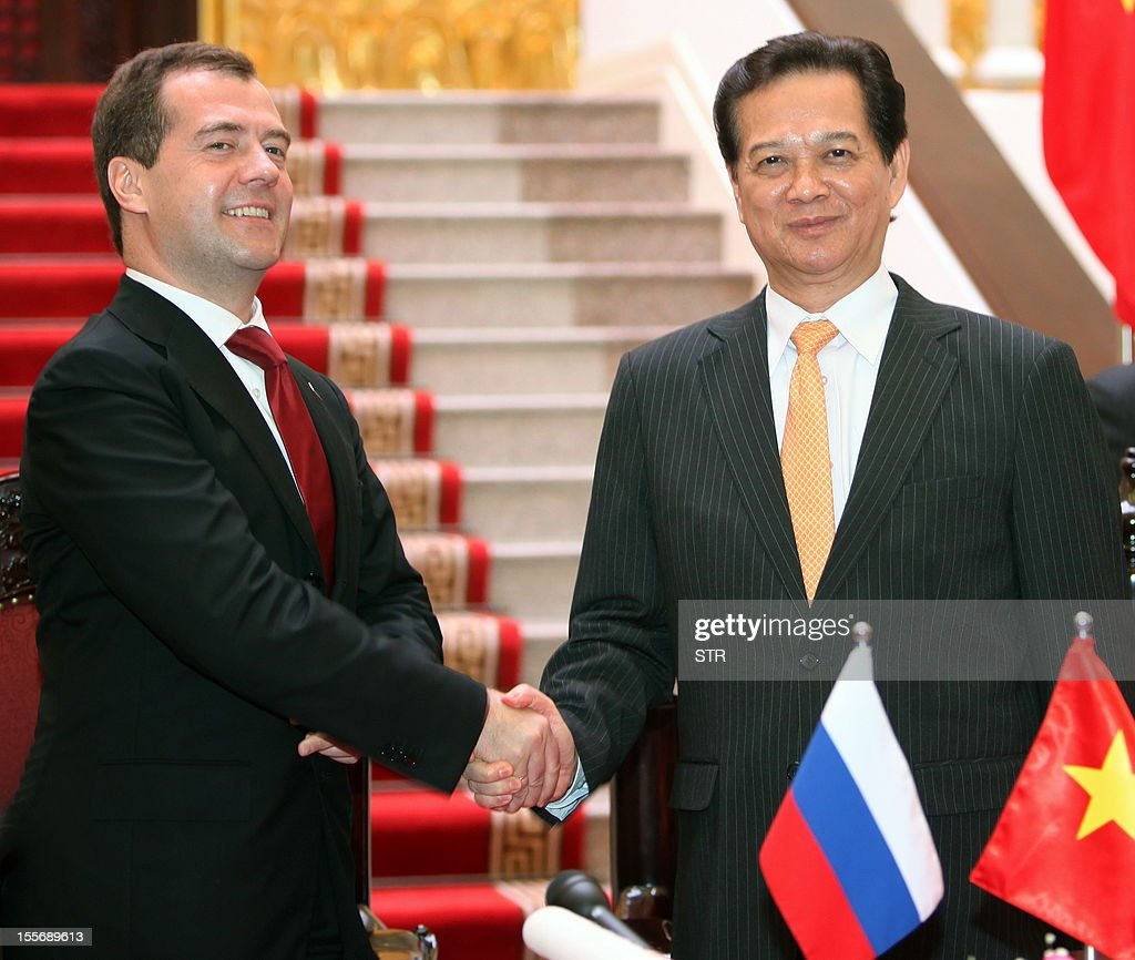 Visiting Russian Prime Minister Dmitri Medvedev (L) shakes hands with his Vietnamese counterpart Nguyen Tan Dung at Dung's Cabinet Office in Hanoi on November 7, 2012.Medvedev is on a two-day official visit to the former Southeast Asian communist ally after he attended the 9th summit Asia-Europe (ASEM 9) which ended in Vientiane on November 6, 2012.
