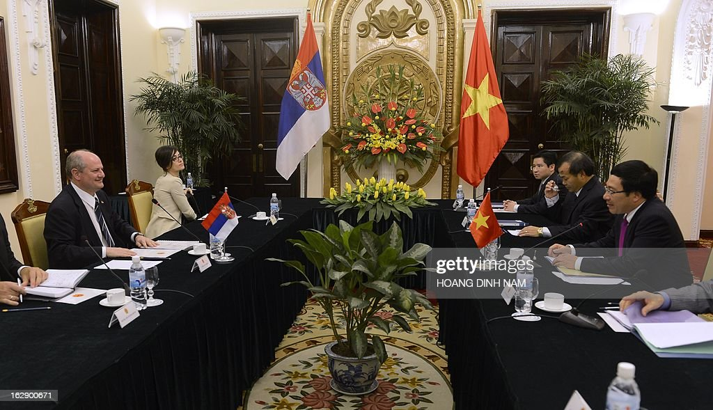 Visiting Serbian Foreign Minister Ivan Mrkic (1st L) holds talks with his Vietnamese counterpart Pham Binh Minh (1st R) in Hanoi on March 1, 2013. The Serbian diplomat is on a four-day official visit focused on bilateral ties. AFP PHOTO/HOANG DINH Nam