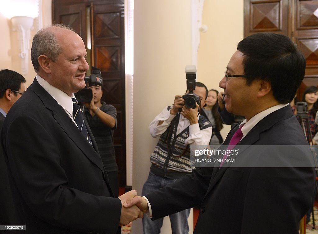 Visiting Serbian Foreign Minister Ivan Mrkic (L) is greeted by his Vietnamese counterpart Pham Binh Minh in Hanoi on March 1, 2013. The Serbian diplomat is on a four-day official visit focused on bilateral ties. AFP PHOTO/HOANG DINH Nam