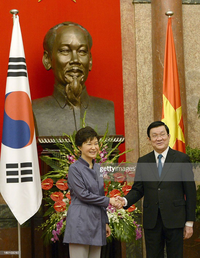 Visiting South Korean President Park Geun-Hye (L) shakes hands with her Vietnamese counterpart Truong Tan Sang during a welcoming ceremony at the presidential palace in Hanoi on September 9, 2013. The South Korean leader arrived to Hanoi late September 7, 2013 from the G20 meeting in Russia for a three-day official visit aimed at boosting bilateral ties.