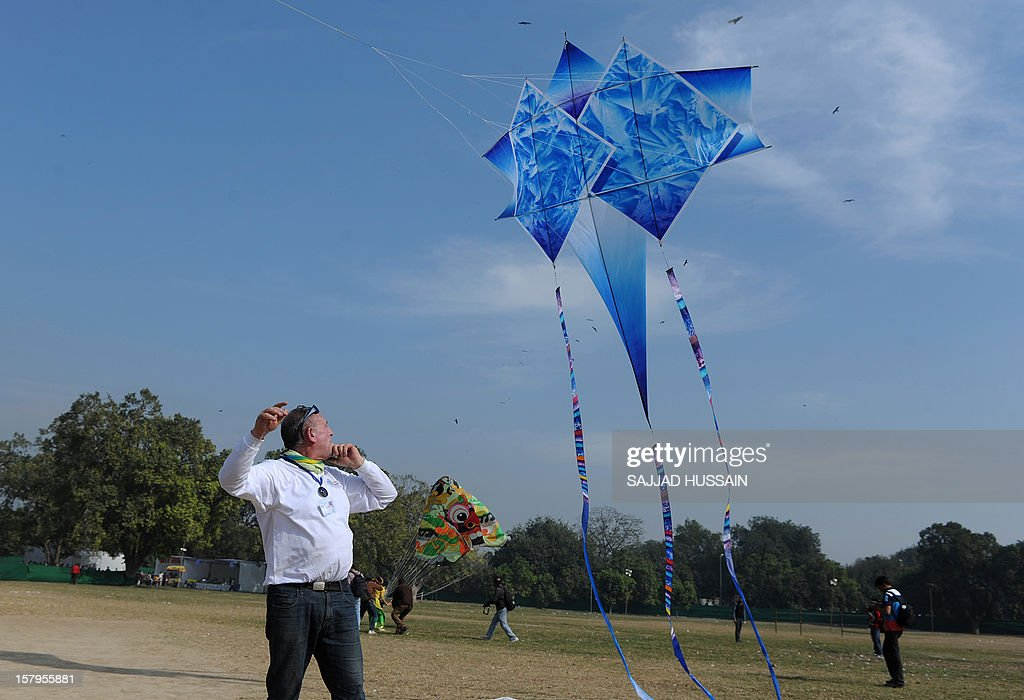 A visitor attempts to launch a kite during the Delhi International Kite Festival 2012 on the lawns of the India Gate monument in New Delhi on December 8, 2012. The event, organised by Delhi Tourism, is being held in the Indian capital on December 8 - 9. AFP PHOTO/SAJJAD HUSSAIN