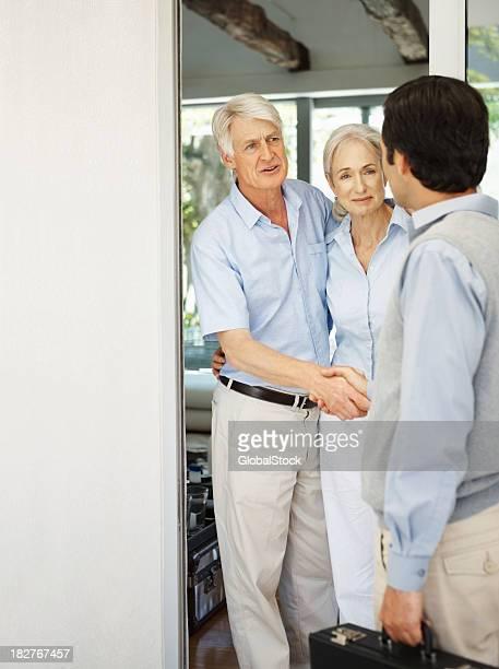Besucher altes Paar Gruß eines Mannes an der Tür