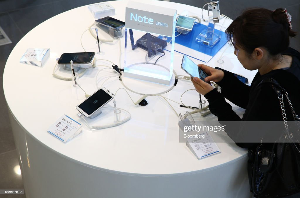 A visitor tries out a Samsung Electronics Co. Galaxy Note 3 smartphone at the company's digital plaza store in the Gangnam district in Seoul, South Korea, on Tuesday, Oct. 22, 2013. Samsung Electronics is scheduled to release third-quarter earnings on Oct. 25. Photographer: SeongJoon Cho/Bloomberg via Getty Images