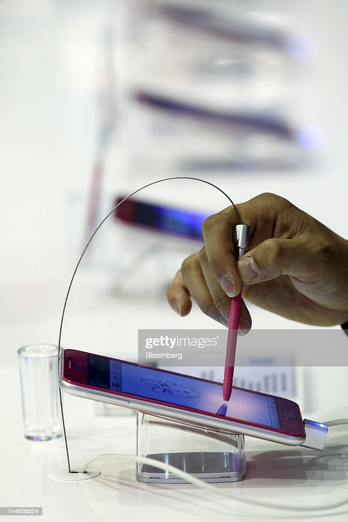 A visitor tries out a Samsung Electronics Co. Galaxy Note smartphone at the World IT Show 2012 in Seoul, South Korea, on Tuesday, May 15, 2012. The show will be held through May 18. Photographer: SeongJoon Cho/Bloomberg via Getty Images