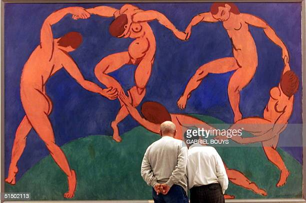Visitors admire 21 December 1999 in Rome 'La danse' by Matisse at an exhibition of 1000 famous works of modern art from the Hermitage Museum in St...
