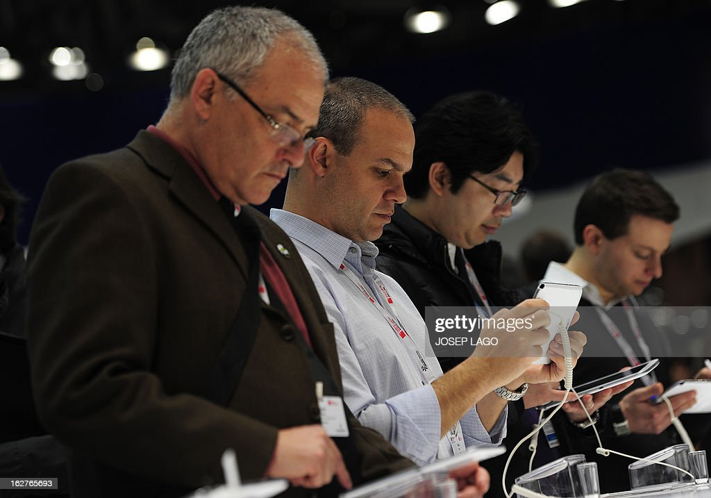Visitors check Samsung Galaxy Note pad in Barcelona on February 26, 2013, on the second day of the 2013 Mobile World Congress. The 2013 Mobile World Congress, the world's biggest mobile fair, is held from February 25 to 28 in Barcelona. AFP PHOTO / JOSEP LAGO