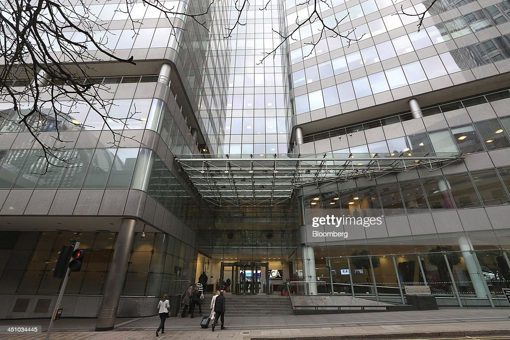 Visitors enter the headquarters of the Financial Conduct Authority (FCA) in the Canary Wharf business district in London, U.K., on Thursday, Nov. 21, 2013. The FCA is working with regulators including the U.S. Department of Justice and the Commodity Futures Trading Commission to investigate the potential manipulation of the foreign-exchange market. Photographer: Chris Ratcliffe/Bloomberg via Getty Images