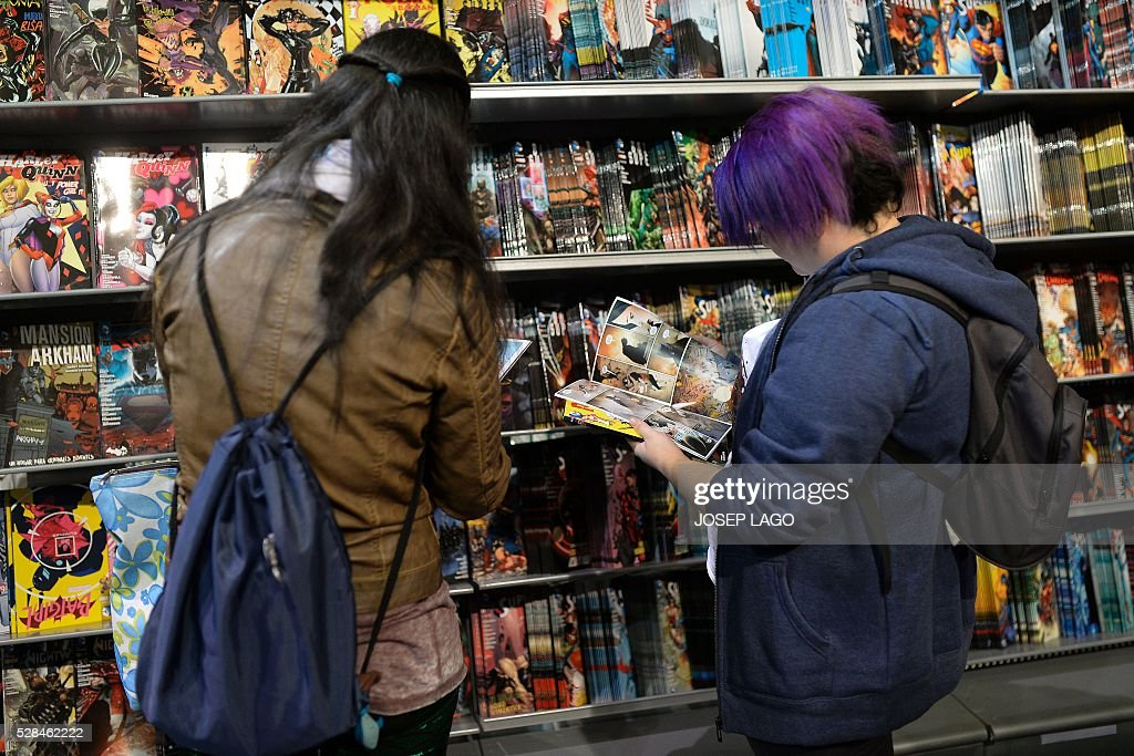 Visitors leaf through comic books during the 34th Comic Fair 2016 in Barcelona on May 5, 2016. LAGO
