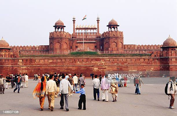 Visitors on forecourt outside Red Fort or Lal Qila.