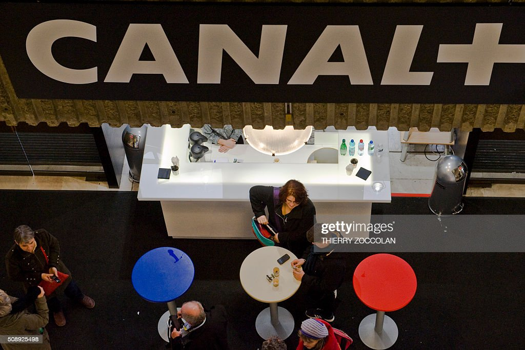 Visitors rest during the 38th short film festival in Clermont-Ferrand, Center France on February 7, 2016. The biggest short film festival in the world, which gathered last year 160.000 people, will show from February 5 to 13, 2016, 166 movies in competition with a focus on the Swedish cinema. / AFP / Thierry Zoccolan