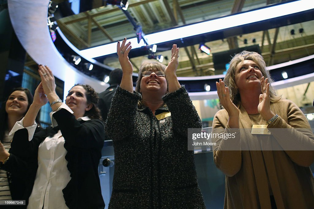 Visitors to the floor of the New York Stock Exchange applaud at the closing bell on January 24, 2013 in New York City. The Dow Jones Industrial Average and the S&P both hit 5-year highs January 24, with the Dow closing at 13,825.
