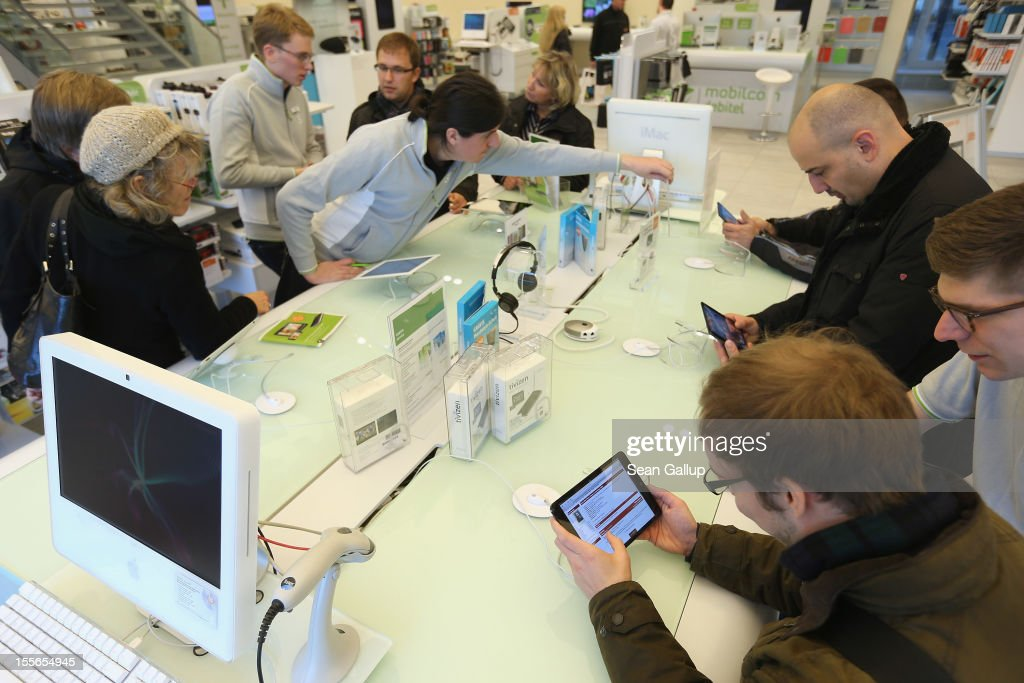 Visitors try out the Apple iPad (L) and iPad mini at a display table at a Gravis Apple retailer on November 6, 2012 in Berlin, Germany. Apple recently released the Mini to compete with the growing number of small, tablet computers and the company is hoping for a strong Christmas season.