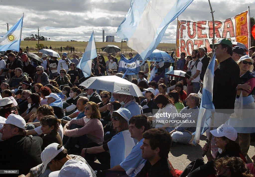 Vista de la asamblea de ambientalistas argentinos el 02 de setiembre de 2007 durante la manifestacion realizada en la ruta a Fray Bentos, 350km al noroeste de Montevideo, en protesta por la instalacion de la planta de celulosa. Cientos de activistas de Gualeguaychu cruzaron la frontera para protestar por la instalacion de la planta, la cual consideran contaminante para el limitrofe rio. AFP PHOTO/Pablo PORCIUNCULA