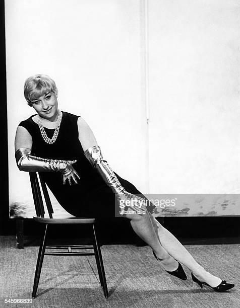 Vita Helen *Schauspielerin Kabarettistin Saengerin D/Schweiz Ganzkoerperaufnahme sitzt im 'kleinen Schwarzen' mit Perlenkette und langen Handschuhen...