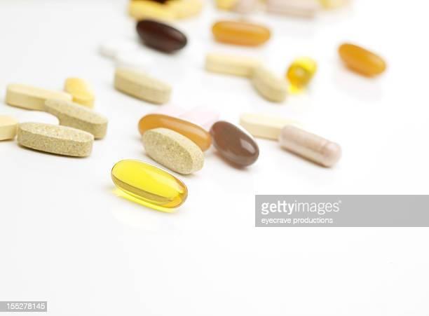 Suppléments de vitamines sur blanc