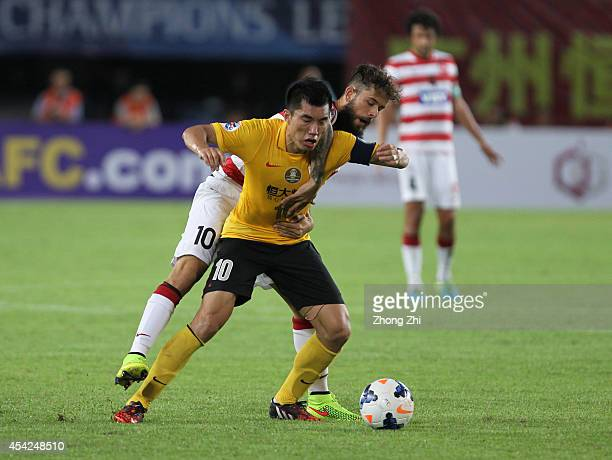 Vitor Rodrigues Saba of Western Sydney Wanderers competes the ball with Zheng Zhi of Guangzhou Evergrande during the Asian Champions League Quarter...