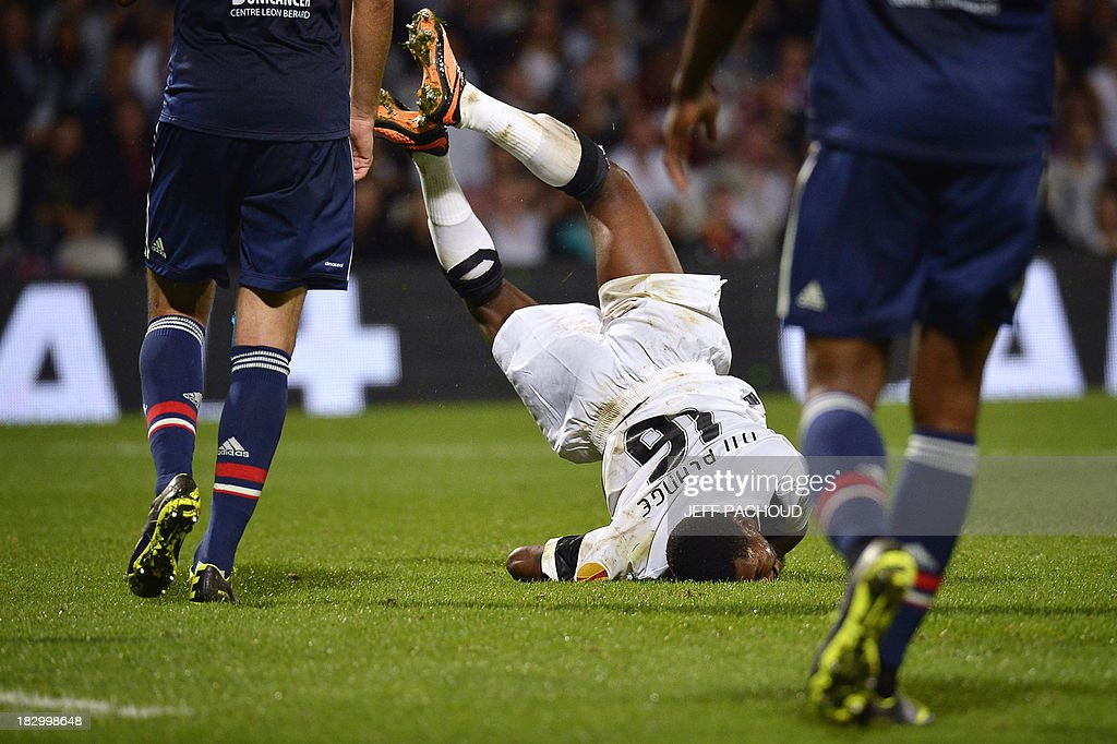 Vitoria Guimaraes' Burkinabe forward Nii Plange (L) falls on his face during the UEFA Europa League group I football match Olympique Lyonnais (OL) vs Vitoria Guimaraes on October 3, 2013, at the Gerland Stadium in Lyon, central-eastern France.